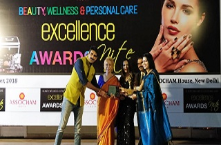 From Left – Mr. Rahul Singh, an actor known for his works in Bollywood, Dr. Blossom Kochhar, a pioneer of aromatherapy in India, Mrs. Komal Kiran Udhwani, Femina Miss India, Mr. Suresh Garg, Managing Director, Kairali Ayurveda and Ms. Nandini Singh Rajput, Sami Labs Ltd.