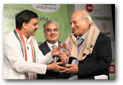 Dr. R K Bammi, Chairman of Sami Labs, receiving the FICCI Food 360° Award from Mr. Nadendla Manohar, Assembly Speaker, Andhra Pradesh in the presence of Mr. S. Sivakumar, Programme Chair, Food 360°
