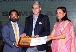 Mr. Sudhansh Pant. I.A.S. Joint Secretary, Department of Pharmaceuticals, Govt of India presents the award to Mr. VG Nair, CEO, Sami Labs Ltd. along with Ms. Anice Joseph Chandra, Director, Department of Commerce under the Ministry of Commerce & Industry, Delhi.