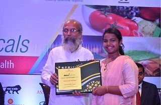 Ms. Sunayana, granddaughter of Dr. Muhammed Majeed, receiving the Award for the Best Nutraceutical Company from Shri Pratap Chandra Sarangi, Hon. Minister of State for Micro, Small and Medium Enterprises and Animal Husbandry, Government of India