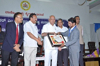 Shri V G Nair, CEO and Director, Sami Labs Limited receiving the award for the Best Pharmaceutical Export Company of Tumkuru District from Shri B S Yediyurappa, Chief Minister of Karnataka. Left to right: Mr. Gaurav Gupta, IAS, Principal Secretary, Industry and Commerce, Government of Karnataka, Mr. Sadananda Gowda, Minister for Chemicals and Fertilizers, Government of India, Mr. B S Yediyurappa, Chief Minister of Karnataka, Mr. Jagadish Shetter, Industries Minister, Government of Karnataka, Mr. V G Nair, CEO and Director, Sami Labs Limited and Mr. Maheswara Rao, IAS, Secretary, Mining and MSME, Government of Karnataka