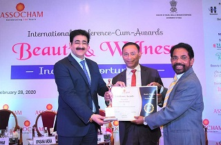 Mr. V.G. Nair, Senior Advisor & Director, Sami-Sabinsa Group, receiving the 'Best Cosmetic Ingredient Manufacturer of the Year' for Sami Labs Limited from Mr. Sandeep Marwah, Chancellor, AAFT University of Media & Art and Dr. Parvez Hayat, IPS (Retd.), Former Additional Director General, Bureau of Police.